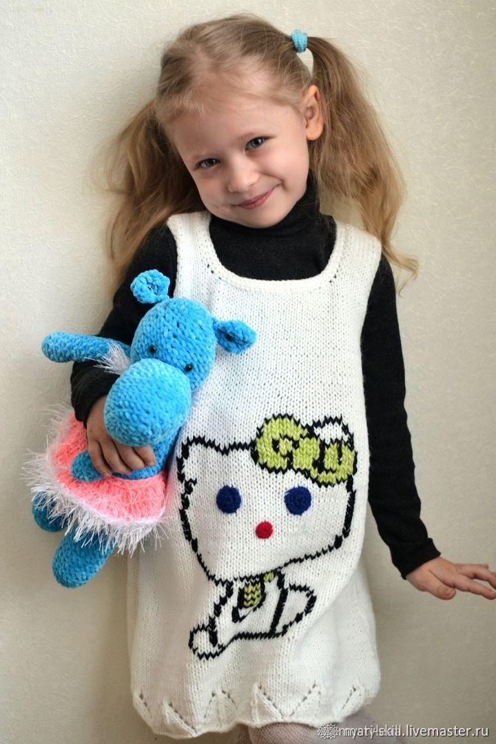 """Белое вязаное платье-сарафан на девочку """"Котёнок Пегги"""""""