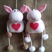 Подарки к праздникам ручной работы. Ярмарка Мастеров - ручная работа Брелок на сумку Овечка-валентинка.. Handmade.
