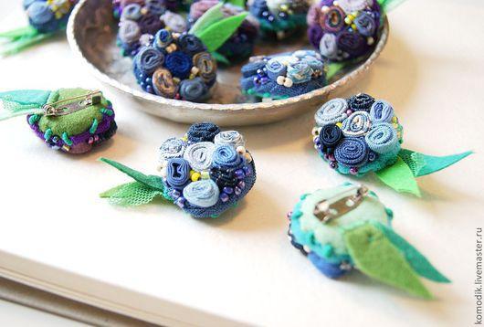 """Броши ручной работы. Ярмарка Мастеров - ручная работа. Купить мини-брошь """"Сине-фиолетовая"""" в ассортименте. Handmade. Брошка из ткани"""