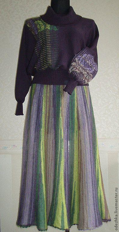 Фото. Вязаный свитер с розами фиолетовый.