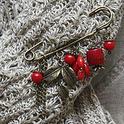 Брошь-булавка с красным кораллом Красная-прекрасная