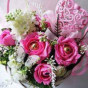 Цветы и флористика ручной работы. Ярмарка Мастеров - ручная работа Букет из конфет в корзине Розовые розы. Handmade.