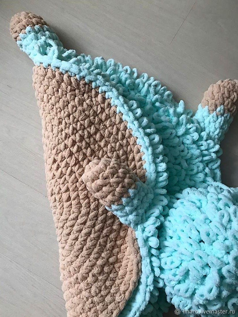 Вязаный детский  коврик-игрушка из плюшевой пряжи
