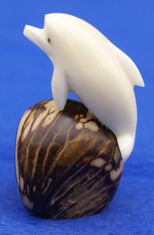 Статуэтки ручной работы. Ярмарка Мастеров - ручная работа. Купить Дельфин небольшая фигурка статуэтка выточенная из ореха тагуа. Handmade.