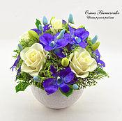 Цветы и флористика ручной работы. Ярмарка Мастеров - ручная работа Композиция с розами и сине-фиолетовыми орхидеями. Handmade.