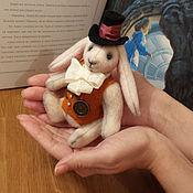 Куклы и игрушки ручной работы. Ярмарка Мастеров - ручная работа Белый кролик с часами в подарочной коробке оранжевый жилет. Handmade.