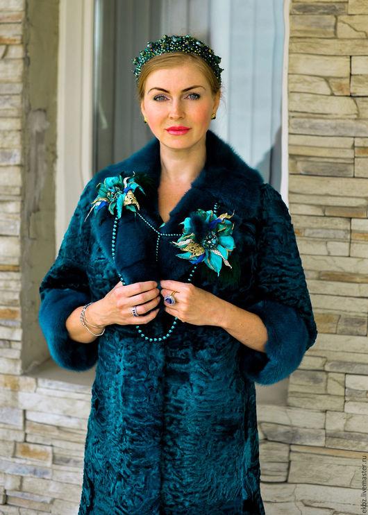 Пальто классического покроя,полу прилегающее,прямое с английским воротником из меха каракульчи Svakara.К пальто в комплекте съёмный воротник и манжеты из меха скандинавской норки.