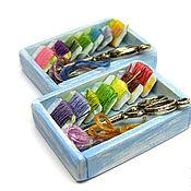 Куклы и игрушки ручной работы. Ярмарка Мастеров - ручная работа Рукодельница кукольная миниатюра ящик с нитками. Handmade.