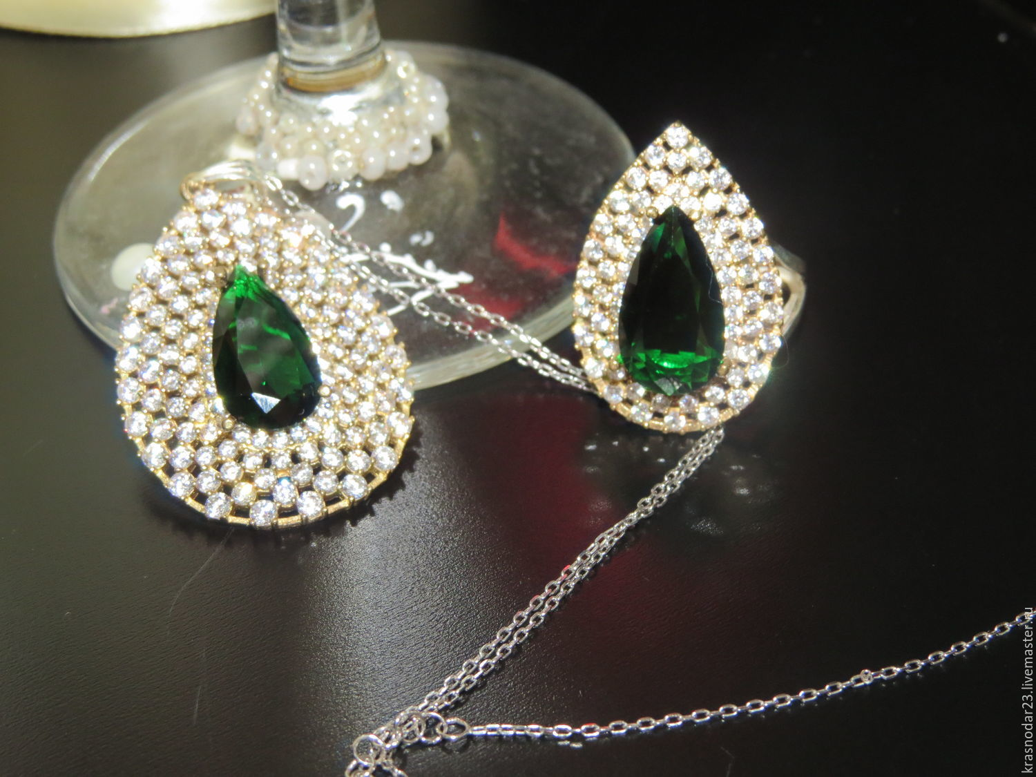 Set made of SILVER 925 with gold plated embellished with quartz deep emerald green framed by the tracks of sparkling zircons