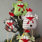 Куклы и игрушки ручной работы. Ярмарка Мастеров - ручная работа Петушки-курочки на елку и магнит на холодильник. Handmade.