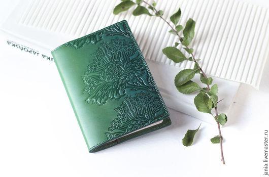 Обложки ручной работы. Ярмарка Мастеров - ручная работа. Купить Обложка на паспорт из кожи с тиснением Зеленые цветы. Handmade.