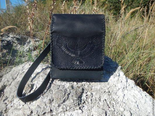 Мужские сумки ручной работы. Ярмарка Мастеров - ручная работа. Купить Кожаная мужская сумка планшет с тиснением Черный ворон. Handmade.