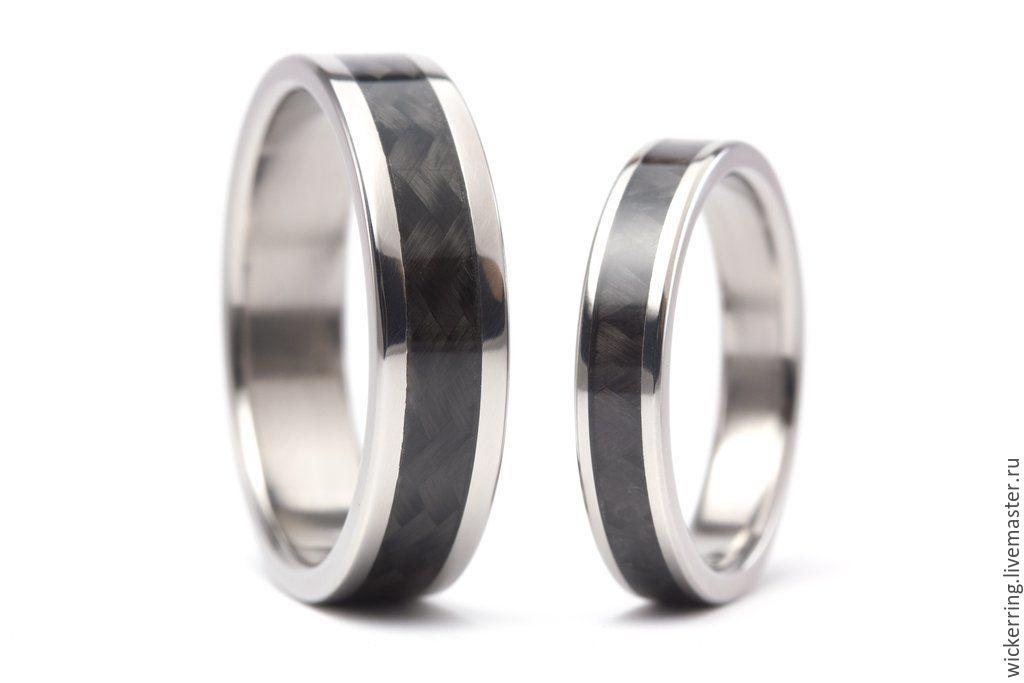 Пара обручальных колец из карбона и титана от WickerRing