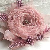 Украшения ручной работы. Ярмарка Мастеров - ручная работа Розовый цветок из ткани. Брошь заколка с перьями. Handmade.