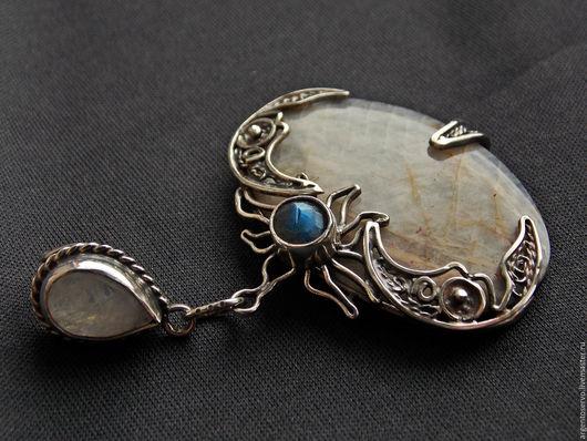 Подвеска с беломоритом,лунным камнем и лабрадором в серебре,выполненный в ручную `Лунница`.