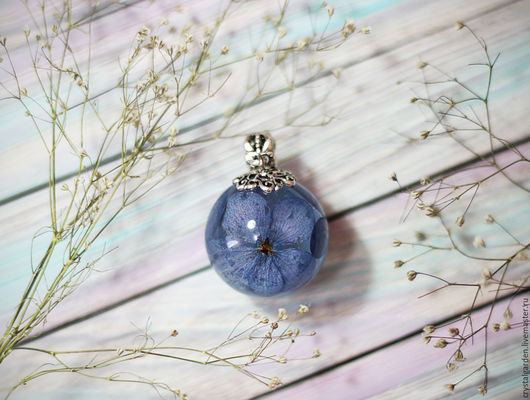 В шарик 25 мм помещается 3 цветочка гортензии