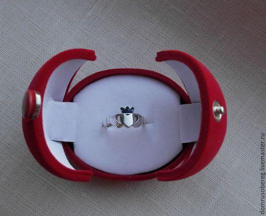 КЛАДДАХСКОЕ кольцо -это  символ. Изображает  две руки, которые держат сердце с короной. Каждый элемент этого кельтского символа объединен с категориями любви (сердце), дружбы (руки), верности (корона)