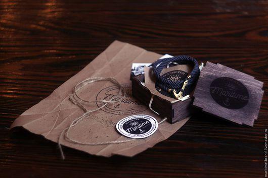Делая каждый браслет вручную, мы уделяем внимание деталям: отливаем и шлифуем каждый якорь, зажим и регулятор вручную, крутим канат из итальянского хлопка, а потом собираем идеальный морскрой браслет