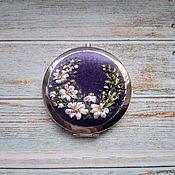 """Сувениры и подарки handmade. Livemaster - original item Зеркало """"Ромашкин луг"""" с вышивкой шёлковыми лентами. Handmade."""