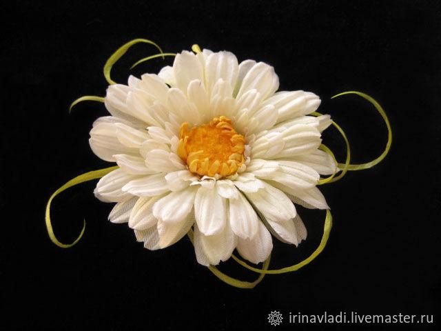 цветы из шелка брошь. заколка цветок из шелка. белая гербера брошь.белая гербера заколка для волос заколка автомат белая гербера украшение из шелка цветок украшение из шелка брошь  изделия из шелка