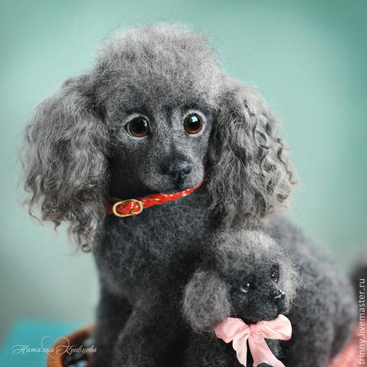 Серебристые пуделята, щенок и мама. Выполнены в технике сухого валяния шерсти, полностью ручная работа. Коолекционные  интерьерные игрушки