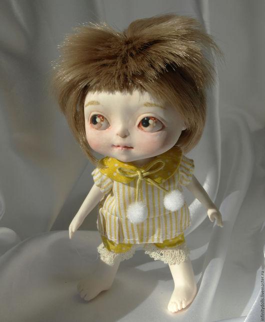 Маленькая подвижная кукла из полиуретана. 14,5 см ростом.
