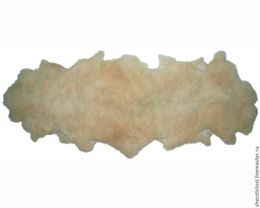 Ковер, сшитый из двух овечьих натуральных шкур.