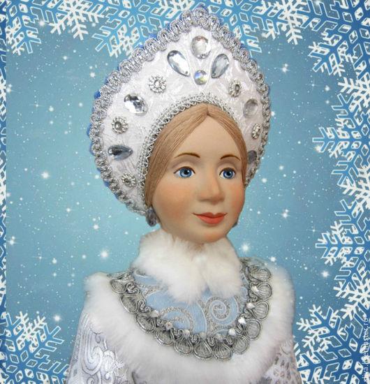 Авторская кукла Снегурочка 50см  в красивой серебристой шубке, отделанной серебристой и голубой тесьмой, и русском кокошнике, украшенном стразами и тесьмой.