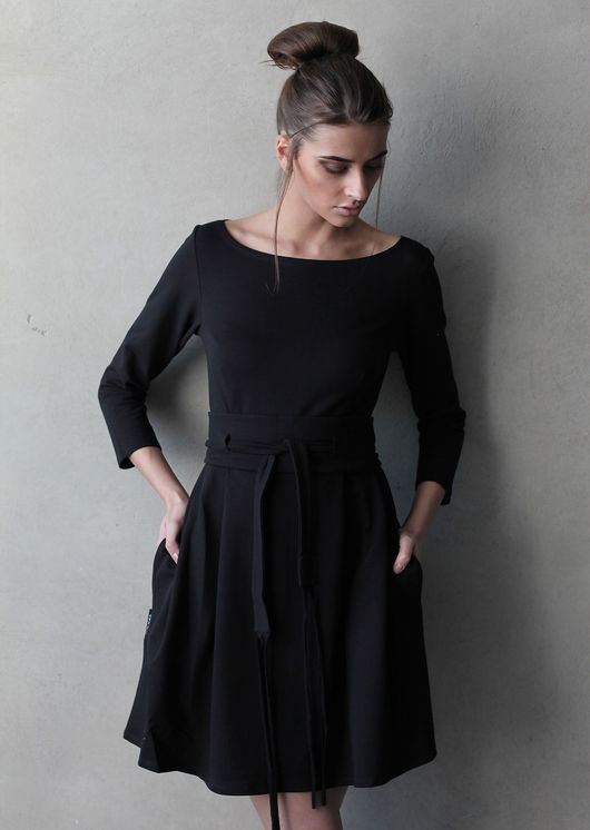 Укороченное платье с вырезом - прекрасный женственный наряд! Платье оформлено широким поясом, мягкие складки создают красивую форму подола и плавный силуэт.