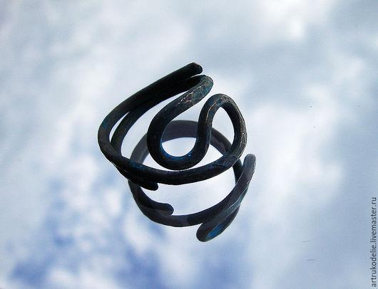 Медное кольцо Ультрамарин. Кольцо выполнено из меди способом холодной ковки, покрыто синей патиной. Кольцо унисекс, подойдет как мужчинам, так и девушкам. Купить медное кольцо. Купить кольцо из меди
