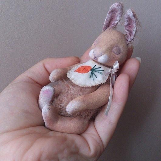 Зайка ручной работы выполнен в смешанной технике в стиле тедди, миниатюрный зайченок  ростиком всего 11см.