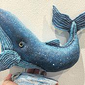 Куклы и пупсы ручной работы. Ярмарка Мастеров - ручная работа Интерьерная текстильная скульптура Синий кит, подставка дрифтвуд. Handmade.