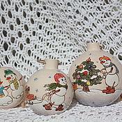 Подарки к праздникам ручной работы. Ярмарка Мастеров - ручная работа Шар елочный Веселые снеговички. Handmade.