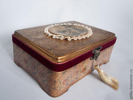 Общий вид шкатулки с золотой кисточкой, которую по желанию можно убрать.