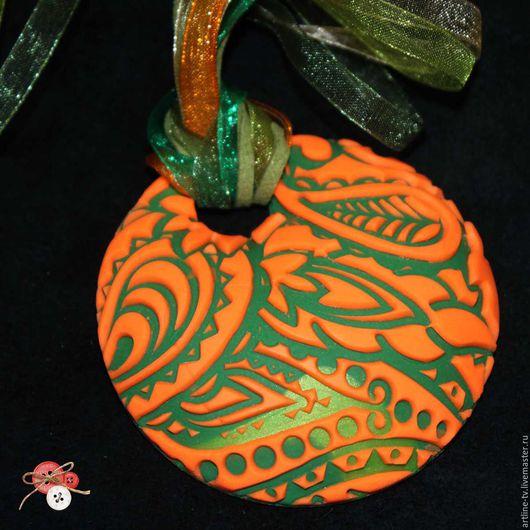 """Кулоны, подвески ручной работы. Ярмарка Мастеров - ручная работа. Купить Кулон с узором пейсли из полимерной глины """"Зелёный и оранжевый"""". Handmade."""