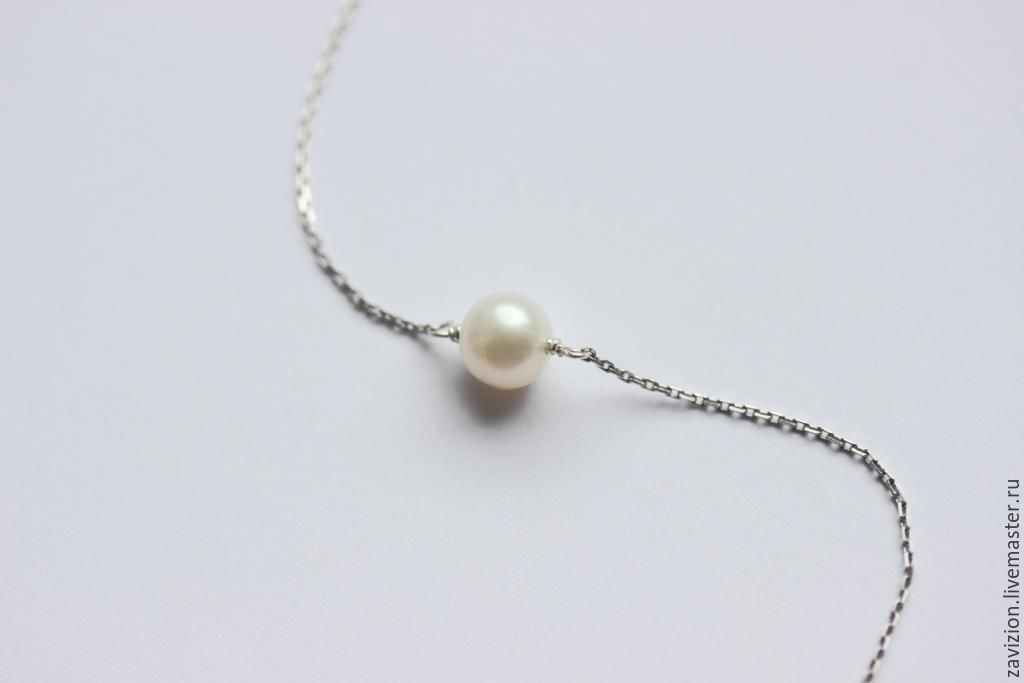 Minimalist decoration. necklace on the neck. Laconic decoration. Chain with pearls. Silver