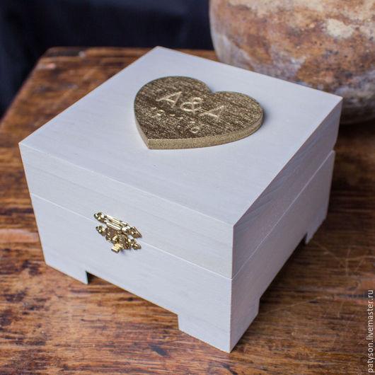 Изысканная деревянная шкатулка прекрасно дополнит свадебную церемонию.