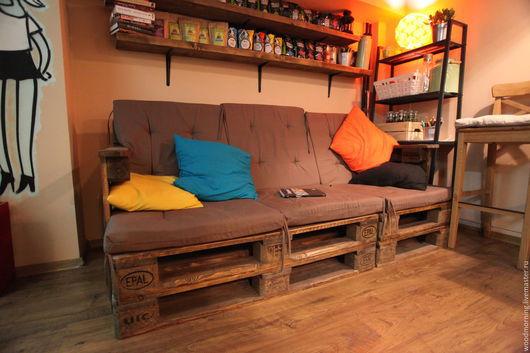 Диван из паллет (из поддонов) с наклонной спинкой от мастерской WoodMorning!  Возможны любые цвета и разные размеры.