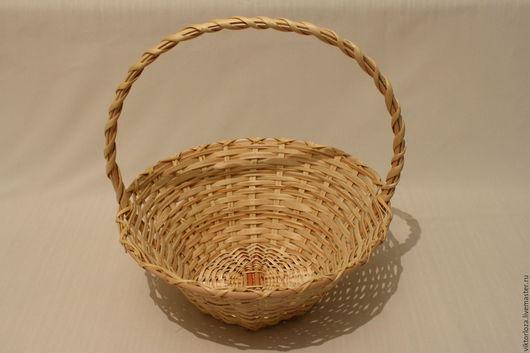 Плетеная круглая подарочная корзина .