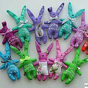 Куклы и игрушки ручной работы. Ярмарка Мастеров - ручная работа Зайчики летние - кокетливые :) (магниты/подвески). Handmade.