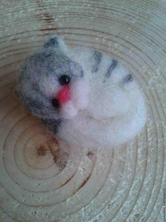 """Броши ручной работы. Ярмарка Мастеров - ручная работа. Купить Брошка """"Котик"""".. Handmade. Серый, котенок, котики, валяные броши"""