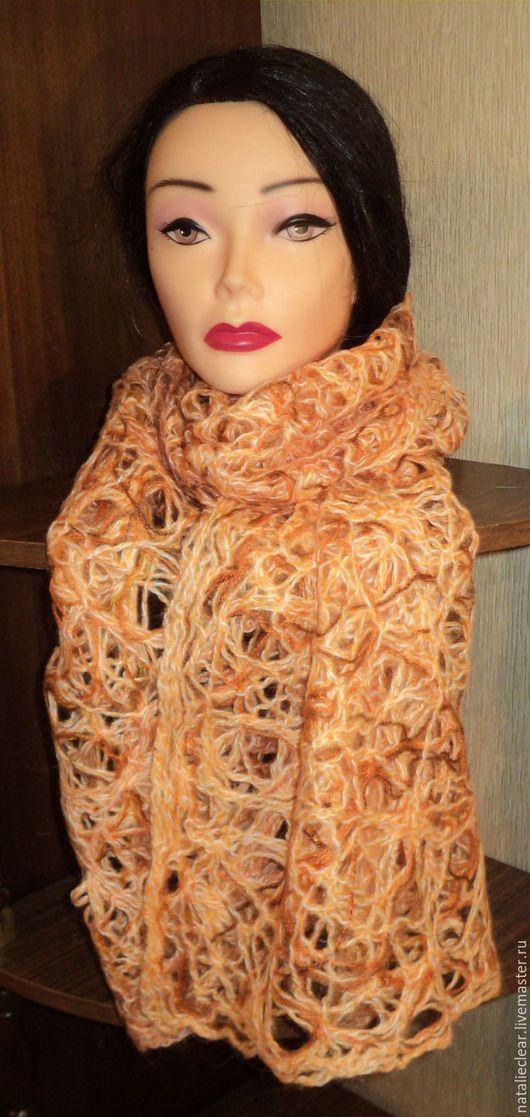 Уютный широкий шарф необычного цвета.