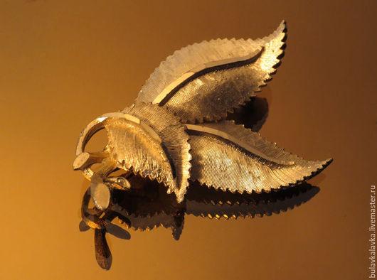 Винтажная брошь от BSK в форме трех листиков. Выполнена из ювелирного сплава цвета  золота, светлого тона. Покрытие листочков - матовое. Винтажная брошь маркирована BSK.