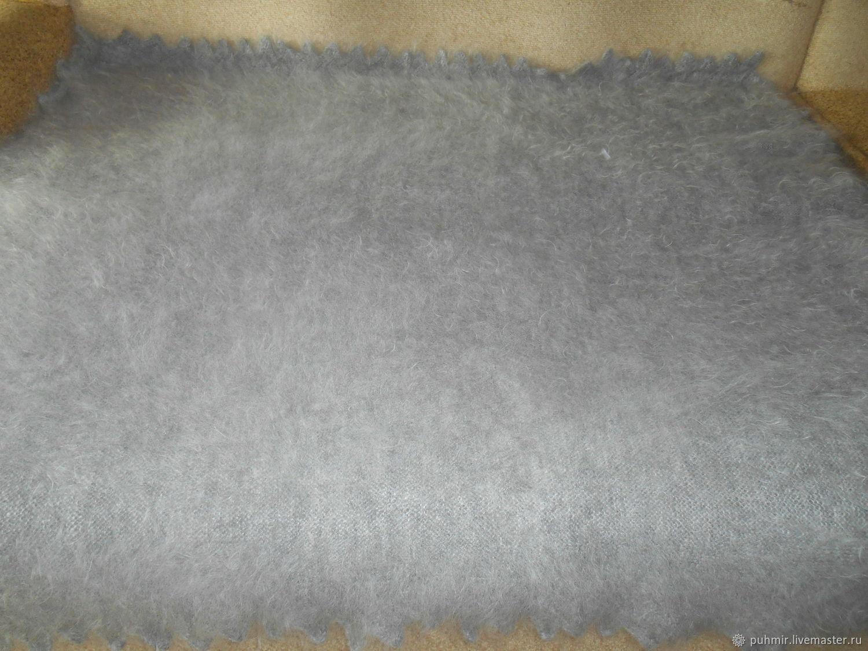 Плед гладкой вязки светло-серый пуховый.Размер 170х170см .Ручная работа.Не крашенный .Пух мягкий,чистый,не лезет.Дает мягкое сухое тепло для всех суставов.Цвет светлый приятный