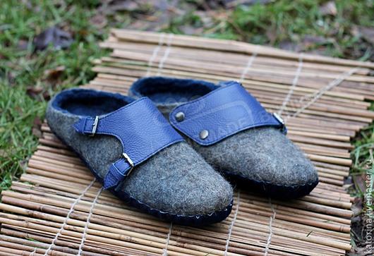 Обувь ручной работы. Ярмарка Мастеров - ручная работа. Купить Тапки валяные мужские из шерсти и кожи с замшей Серые с Синим. Handmade.