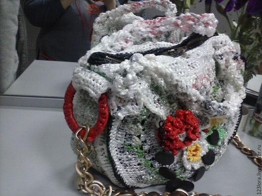 Сумка вязаная крючком из полиэтилена,декорирована вязаными цветами,бусинами,плечевой ремешок в виде цепи