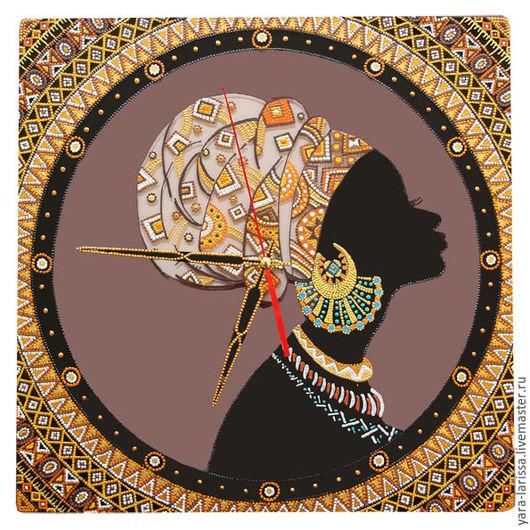 `Африканка` часы настенные большие. Часы настенные интерьерные. Ручная роспись. Часы на стекле с ручной росписью. Точечная роспись.