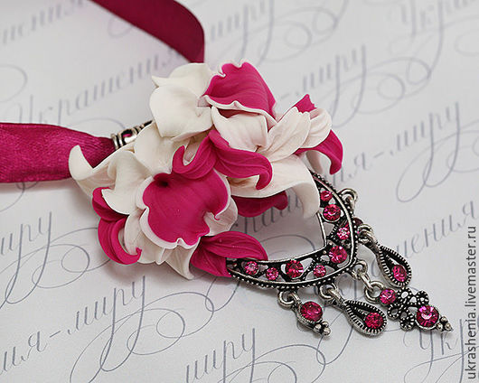 Летнее яркое колье с цветами орхидей цвета фуксия с белым. Цена 950р