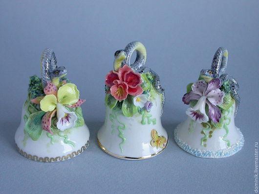 Колокольчики украшены миниатюрными змейками в сочетании с экзотическими цветами - орхидеями.