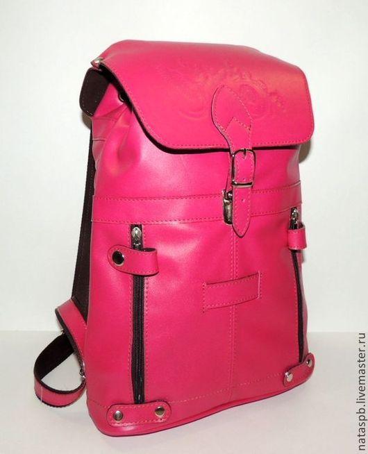 Люди, предпочитающие цвет фуксии, легко находят баланс между «темными» и «светлыми» сторонами жизни – это люди оптимисты – и этот рюкзак для Вас!